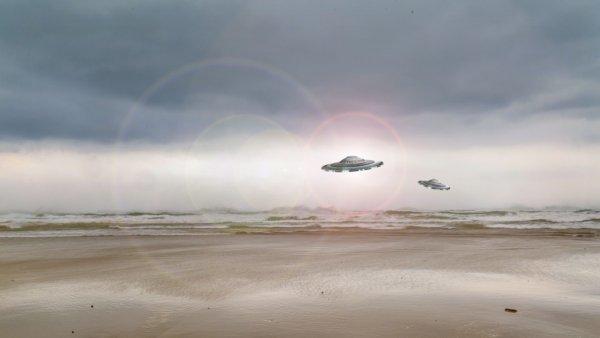 В Зоне 51 засняли на видео сразу три ярких НЛО