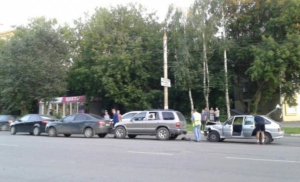 В Кирове на Воровского произошло массовое ДТП с четырьмя автомобилями