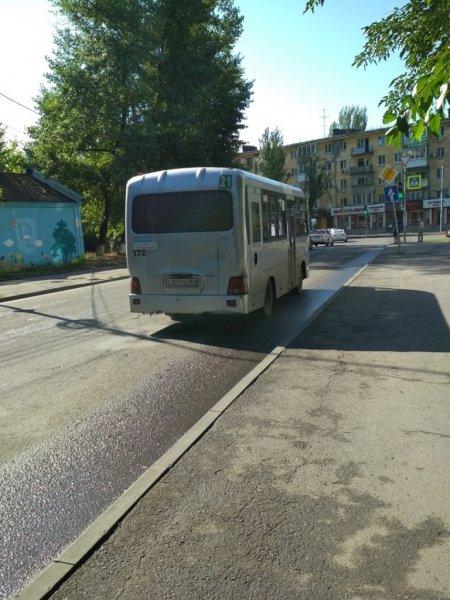 Ростовчан возмутил грязевой «гейзер», бьющий из дыры в полу маршрутки