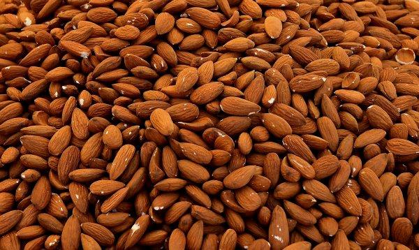 Смертельные витамины: Учёные предупредили об опасности миндаля и фруктовых косточек