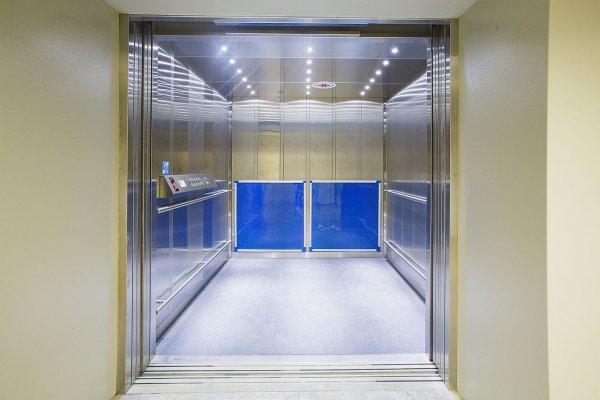 «Мослифт» советует мужчинам не пускать женщин первыми в лифт