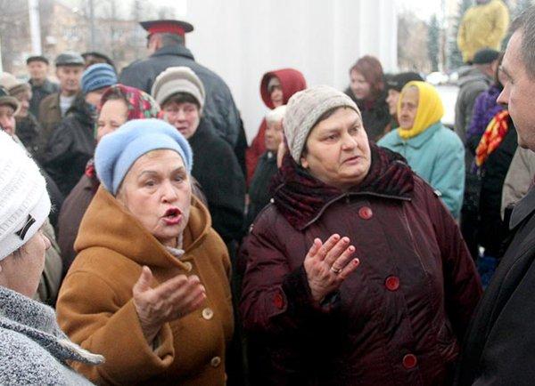 Из-за пенсионной реформы бабушки вынуждены продавать места в очереди за новыми iPhone XS