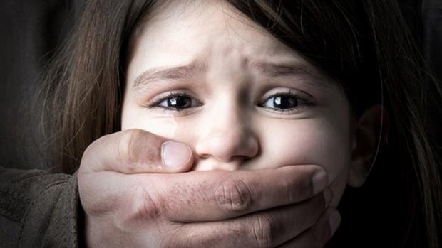 Мужчина насиловал падчерицу, когда жены не было дома