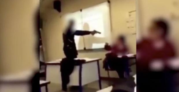 15-летний школьник опоздал на урок и угрожал педагогу пистолетом – видео