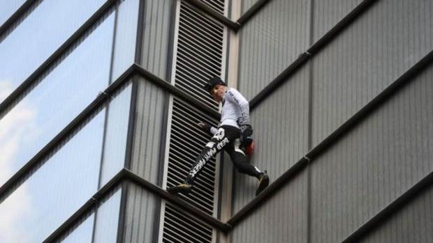 Известный человек-паук забрался на крышу 230-метрового здания