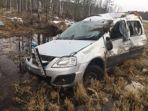 Четыре человека пострадали в ДТП на тюменской трассе: машина опрокинулась в кювет