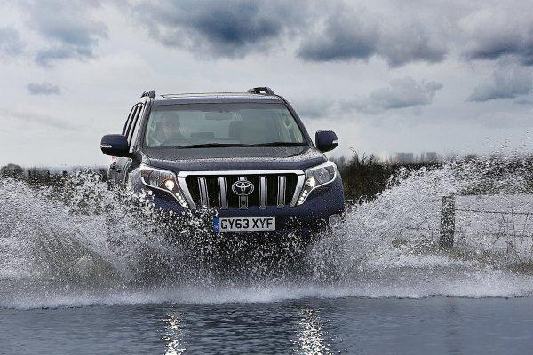«Крузак-амфибия»: Сеть рассмешил «плавающий» Toyota Land Cruiser