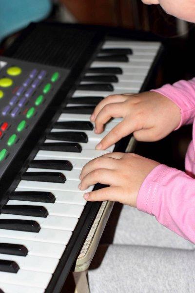 Музыка помогает детям с нарушениями слуха лучше воспринимать звуковую информацию
