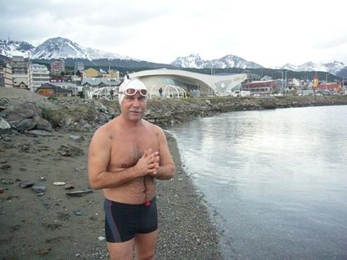 Тюменский морж Андрей Агарков готовится к заплыву у берегов Антарктиды