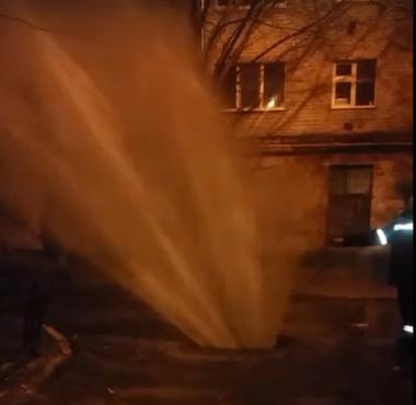 Гигантский фонтан: в Тюмени из-за порыва теплотрассы улицу заливает водой