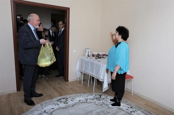 Сургутянка пригласила мэра на новоселье