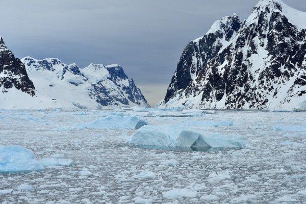В тающих льдах Антарктиды исследователи заметили «летающую тарелку»