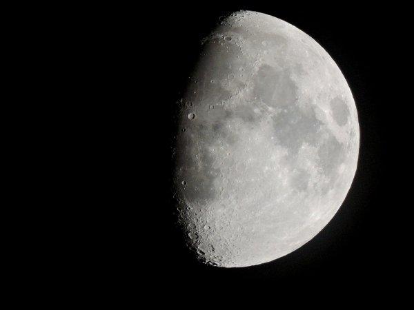 Земля сдвинулась: «Перевернутая» Луна напугала интернет