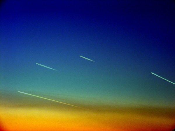 Странные полосы в небе встревожили жителей США