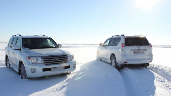 «Крузак» и ёлочка: Новогодний дрифт Toyota Land Cruiser в гирляндах порадовал сеть