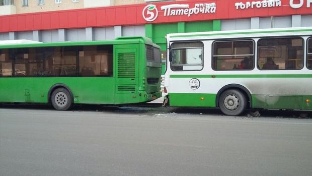 Пять пассажирок получили травмы в столкновении двух автобусов в Тюмени