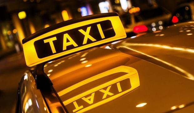 Таксист и его пассажир ограбили туриста