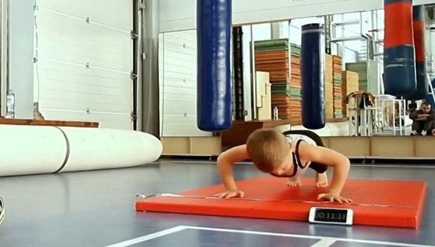 4-летний россиянин установил рекорд, отжавшись 558 раз