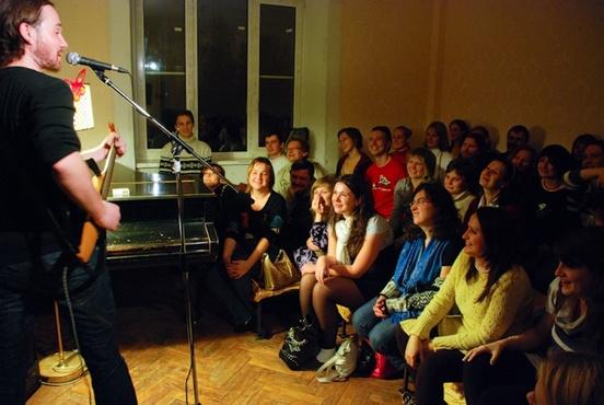 Тюменцев приглашают исполнить любимые песни на квартирнике