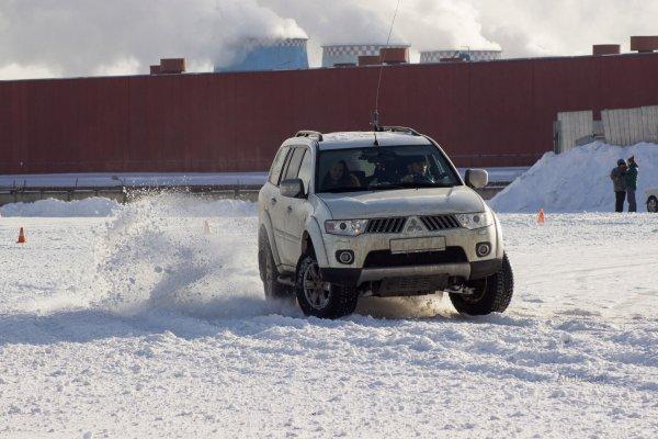 «Колоссальная проходимость»: LADA 4x4 «уделала» Mitsubishi Pajero и BMW X5 на снегу