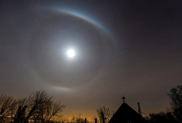 Похоже на Нибиру: Жители Будапешта заметили Солнце в светящемся кольце