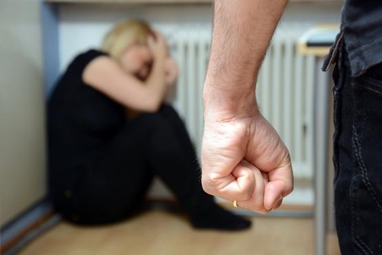 На протяжении нескольких месяцев тюменец избивал жену после ее замечаний