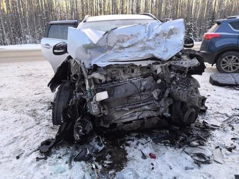 ДТП на трассе Тюмень - Ханты-Мансийск: 1 погибший, 6 пострадавших - фото с места аварии