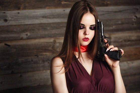 13-летняя девочка выстрелила себе в лицо, делая селфи с пистолетом