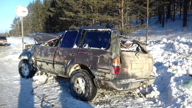 Автомобиль перевернулся несколько раз: на тюменской трассе в ДТП погиб водитель внедорожника