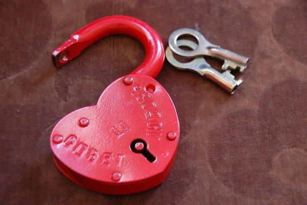 Игра на чувствах: В День влюбленных мошенники-романтики массово разводят россиян