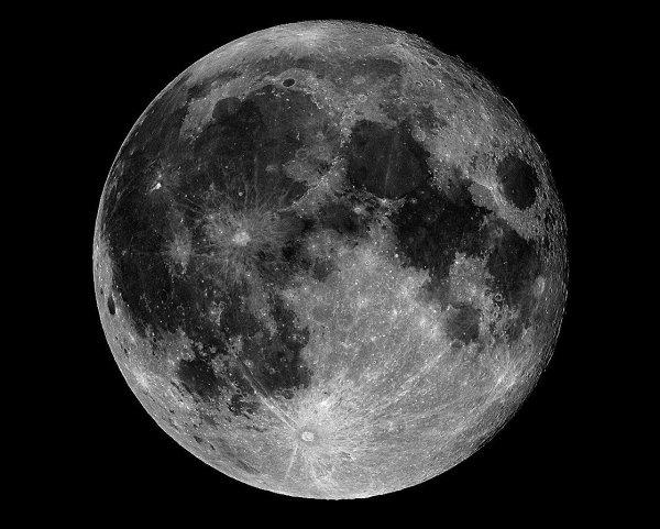 Охотник на НЛО подозревает, что NASA скрывает базу пришельцев на Луне