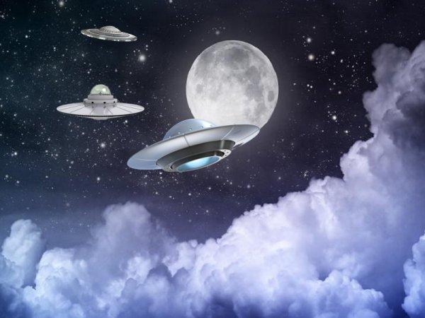Полнолуние рассекретило армию НЛО: Очевидец снял множество летящих чёрных точек