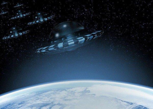 Готовится вторжение? Обнаружено фото перевалочного пункта пришельцев в небе над Южным Полюсом