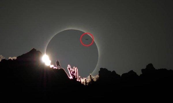 Нападут в любую минуту! Фотограф случайно заснял десантный корабль пришельцев во время солнечного затмения