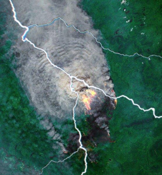 Нибиру напала на Красноярск: Огненный червь из Ачинска пожирает тайгу