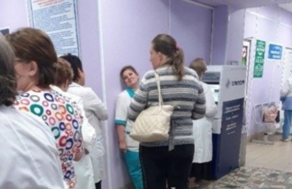 День медика на пороге: Пациента обрекли на многочасовые «мучения» из-за зарплаты