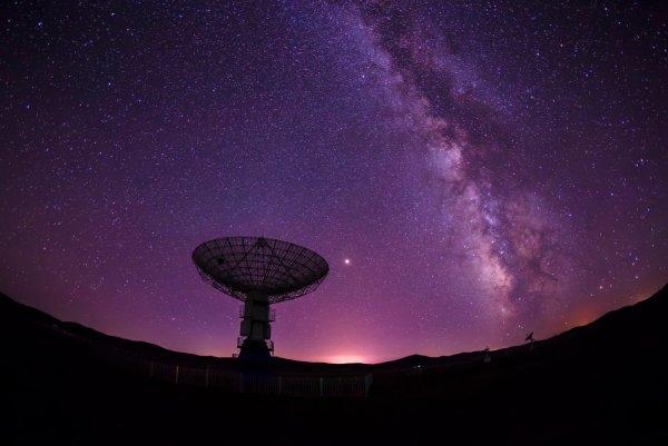 «Мы вас уничтожим!»: Эксперт расшифровал радиосигнал из Черной дыры