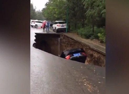 Подземный червь в Москве: Открывшаяся на дороге пасть засосала 2 машины — эксперт
