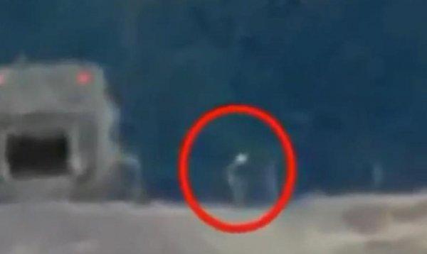 «Из тюрьмы с чистой совестью»: Очевидец заснял выходящего из Зоны-51 пришельца
