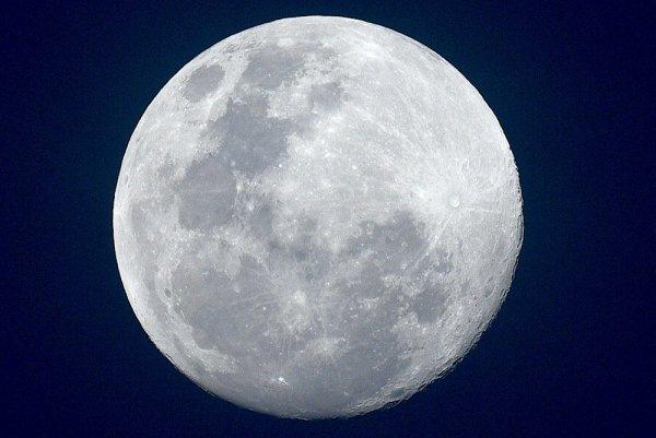 Астроном впервые в истории человечества сфотографировал обратную сторону Луны