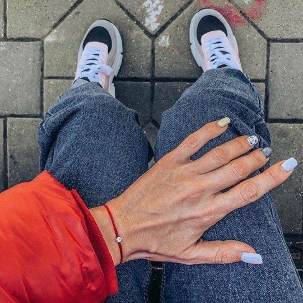 Проверено на Бузовой –  Красная нить на запястье угрожает венцом безбрачия
