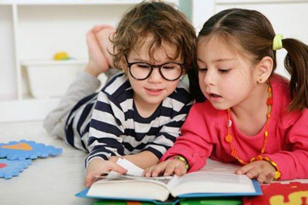 Игрушки, книги или гаджеты? Астролог дала советы по выбору подарка детям