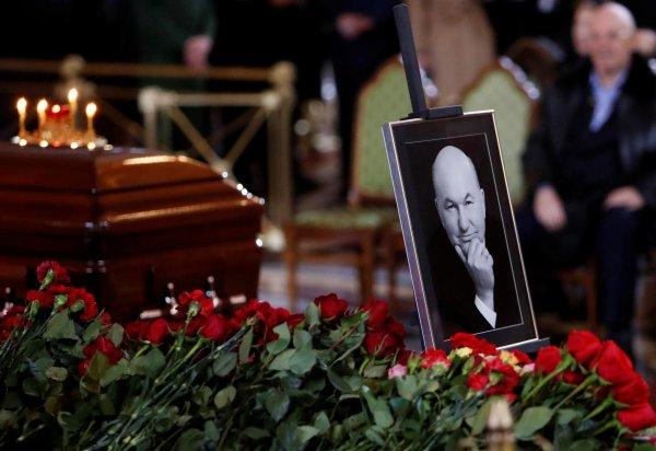 Загадка смерти Лужкова: политик сам навлёк на себя проклятье, рассказал экстрасенс