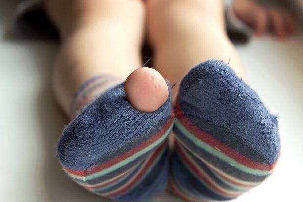 Дырка в носке - здоровье на волоске: Какие успехи и неудачи сулят дырки в одежде, рассказал эзотерик