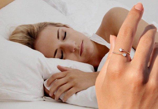 «Снимать обязательно!»: Эзотерик рассказал, почему нельзя спать в украшениях