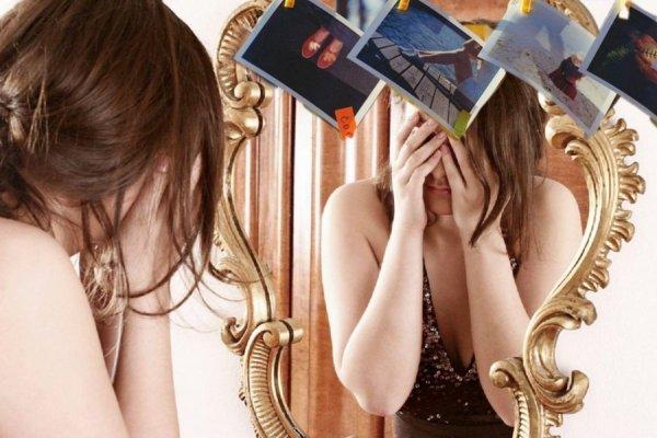 «Плохое умножит, хорошее заберет». Почему не стоит ставить фото возле зеркал — эзотерик
