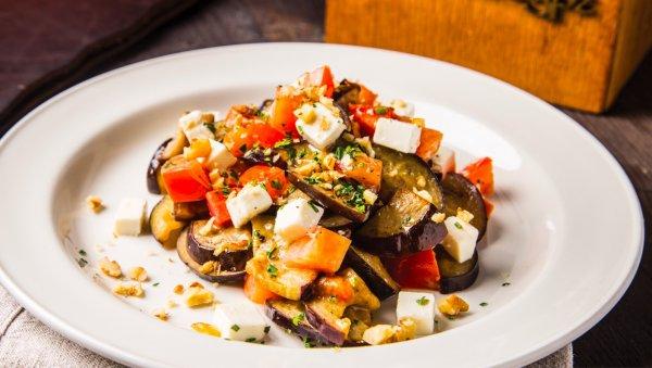 Салат из жареных баклажанов с помидорами