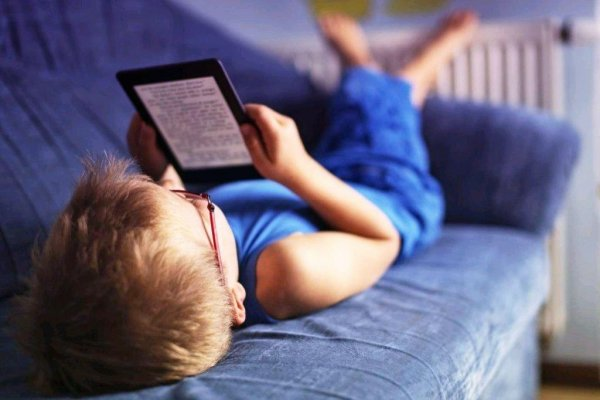 Дети усваивают больше от чтения бумажных книг, чем электронных