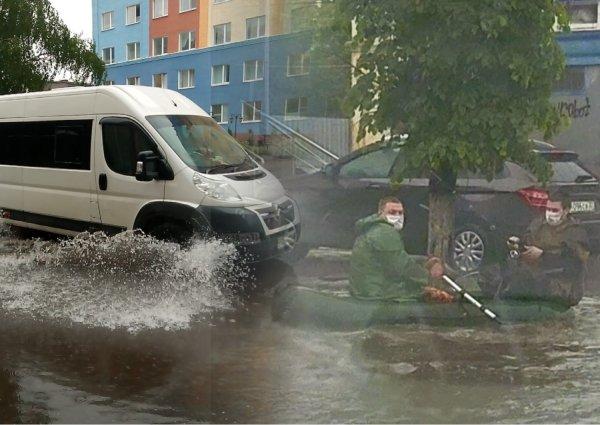 В Брянске после ливней двое мужчин ловили рыбу на улице