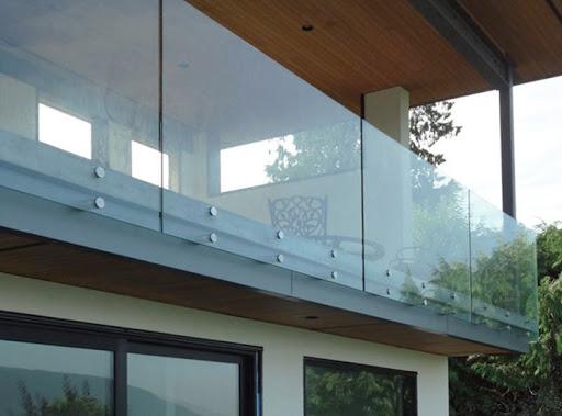 Качественные стеклянные ограждения для оформления интерьера